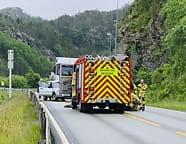 En kritisk skadd etterkollisjon mellompersonbil og tankbil