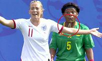 Kamerun-spiller spytter på England-spiller
