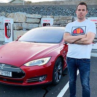 Raser mot Tesla: Kuttet rekkevidden over natten