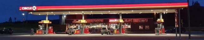 Ungt par fraranetbil på bensinstasjon