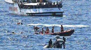 Kaster seg i havet fra redningsskip