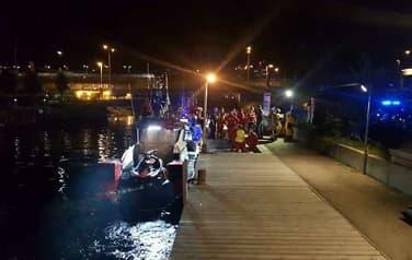 Kvinne falt i sjøen - 75-åring hoppet etter