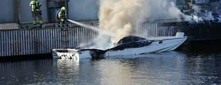 Båtbrann spreddeseg til brygge og bil